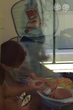 Gabriel aceitando o meu leite na mamadeira nos primeiros dias na escola | Crédito: Arquivo Pessoal