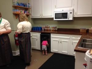 Maria Antônia conferindo as opções de suco! kkkkk