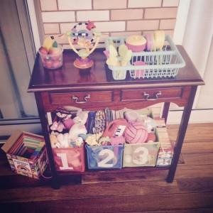 Aparador com os brinquedos organizados