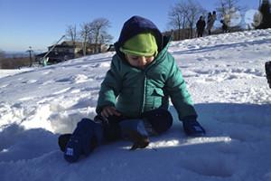 Gabriel descobrindo a neve pela primeira vez. | Crédito: Arquivo pessoal