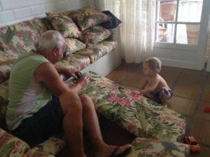 Vô Gentil transforma a casa em pista de carros para o pequeno que adora. Crédito: Arquivo pessoal