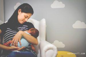 O início da amamentação foi difícil igual. | Crédito: Natália Brasil Fotografias