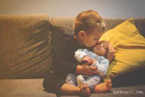 Com o passar dos dias, Gabriel foi entendendo e ficando bem carinhoso com o irmão. | Crédito: Natália Brasil Fotografias