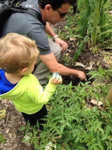 Gabriel esperando com o bibi na mão para plantá-lo no jardim. | Crédito: Arquivo pessoal