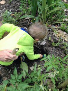 Achamos que o adeus pra chupeta tinha que ter algum momento simbólico e tivemos a ideia de enterrar em uma horta para que virasse uma flor.   Crédito: Arquivo pessoal
